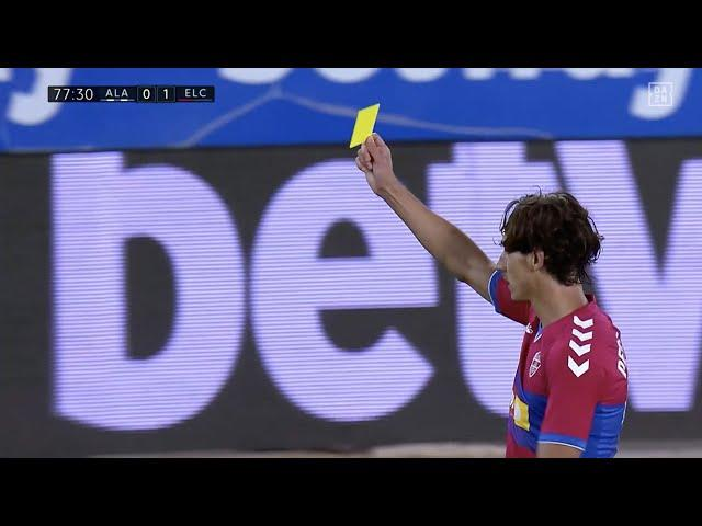 Kurios: Schiedsrichter bekommt gelbe Karte gezeigt! | DAZN