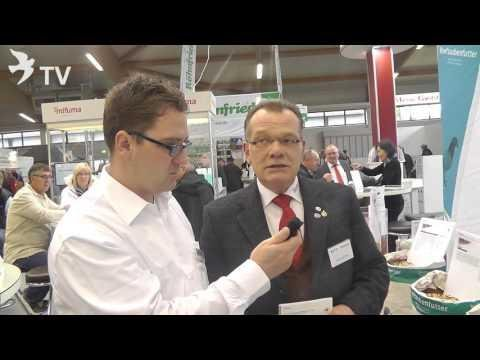 Werner Kötter stellt uns das Futter Mifuma Protein Power vor auf dem Int. TaubenMarkt Kassel 2016